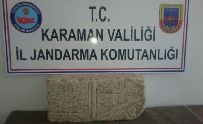 Jandarma, tarihi mezar taşı ele geçirdi!