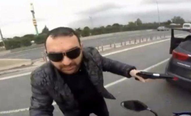 Motosikletliye silah çeken adam serbest kaldı!