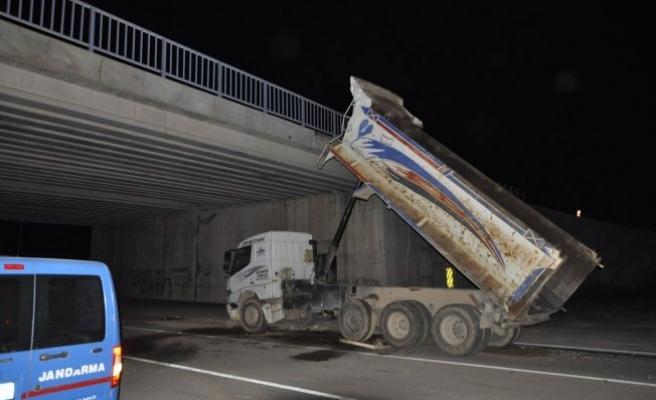 Bursa'da feci kaza! Damperi köprüye çarpan kamyon...