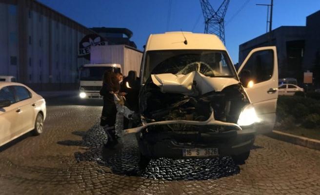 Bursa'da işçi servisi kamyona çarptı! Çok sayıda yaralı var