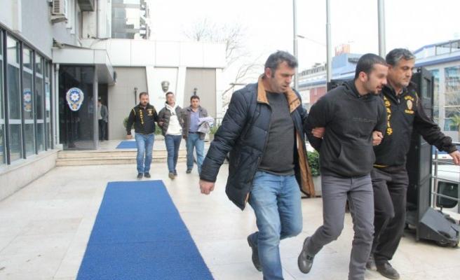 Bursa'da kar maskeli hırsız  ailesiyle vedalaşırken yakalandı