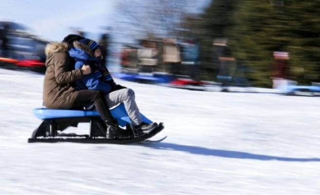 Bursa'da kayak yapamayan günübirlikçiler kızaklara akın etti