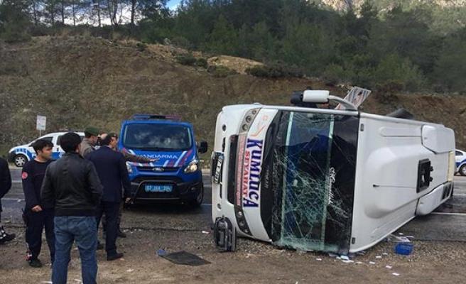 Yolcu minibüsü devrildi! Çok sayıda yaralı var