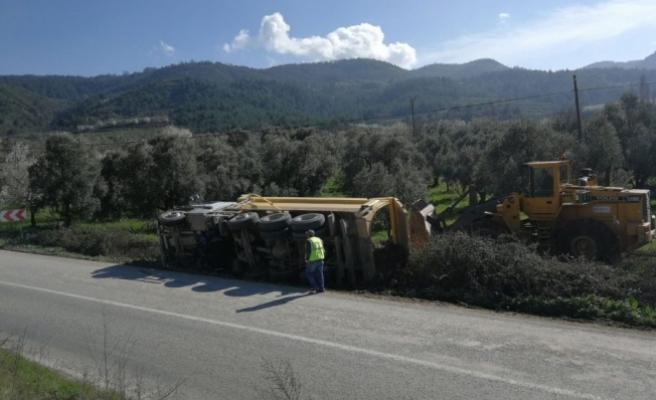 Bursa'da yol çalışmasında hafriyat kamyonu devrildi!