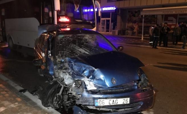 Bursa'da feci kaza! Servisle bir araç kafa kafaya çarpıştı