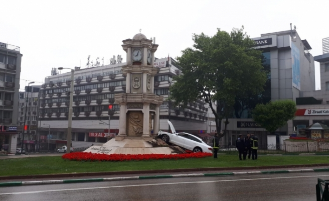 Bursa'da yağışta kontrolü kaybetti, saat kulesine çarptı