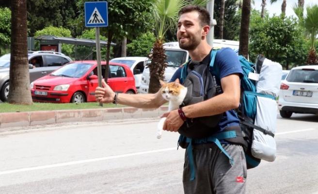 Bursalı öğrenci kedisiyle Türkiye'yi dolaşıyor