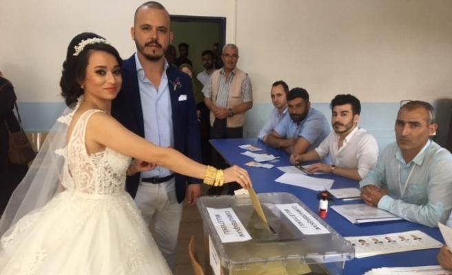 Bursa'da düğünden önce sandığa koştular!