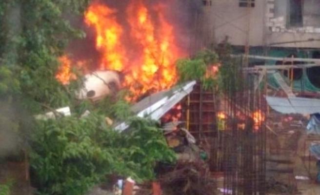 Hindistan'da uçak düştü, ölenler var