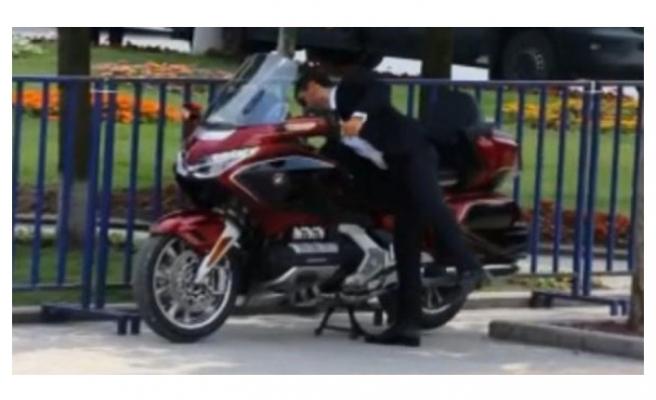Miting alanına motosikletiyle geldi