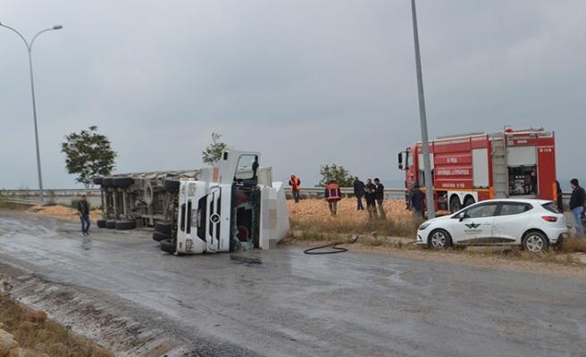 Bursa'da feci kaza! Devrilen talaş yüklü TIR alev aldı!