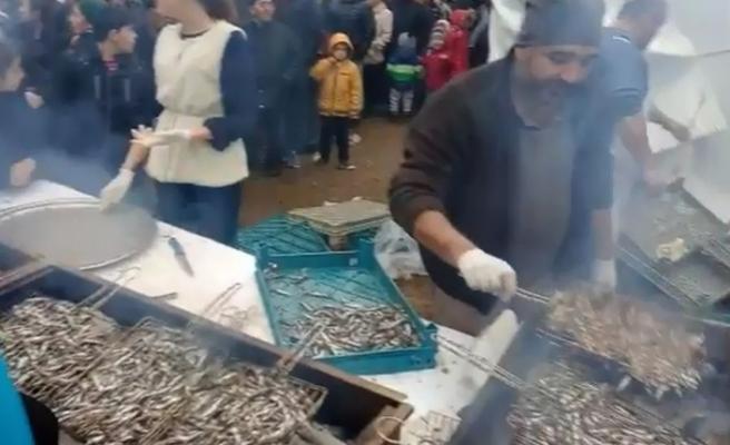 Bursa'da 2 ton hamsi, dakikalar içinde tükendi