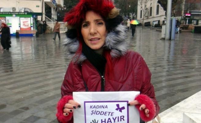 Bursa'da kadına yönelik şiddeti poşetle protesto etti