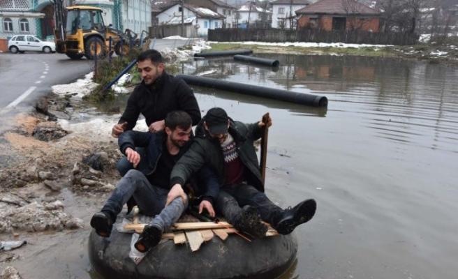 Bursa'da ilginç eğlence! Mahalleyi su basınca...