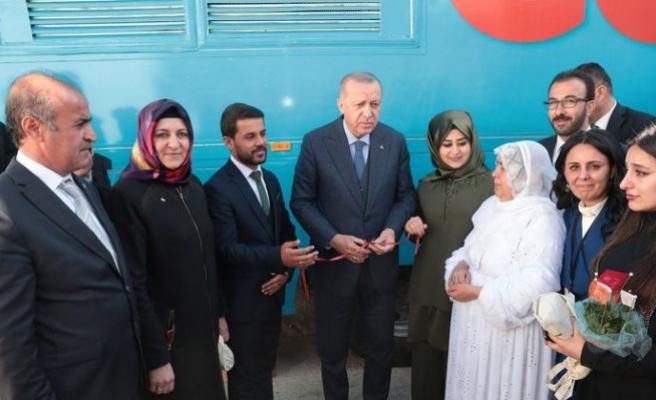 Erdoğan, Şırnak'ta genç çiftin nişan yüzüklerini taktı