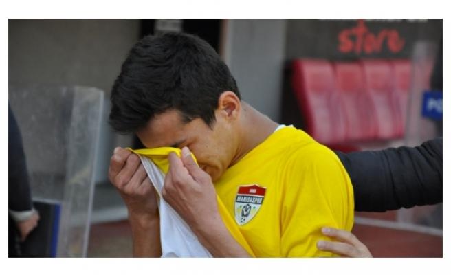 Gözyaşlarına boğulan futbolcuları taraftar teselli etti