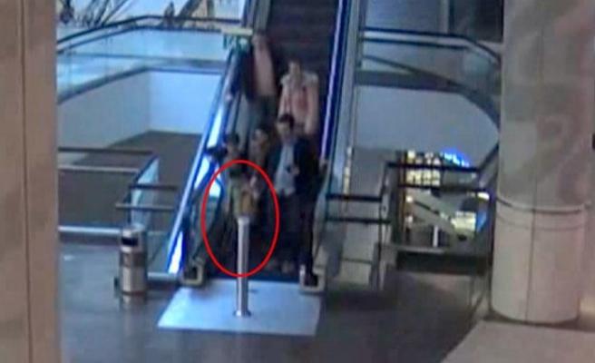 AVM'de yürüyen merdiven dehşeti! Küçük çocuğun parmakları koptu…