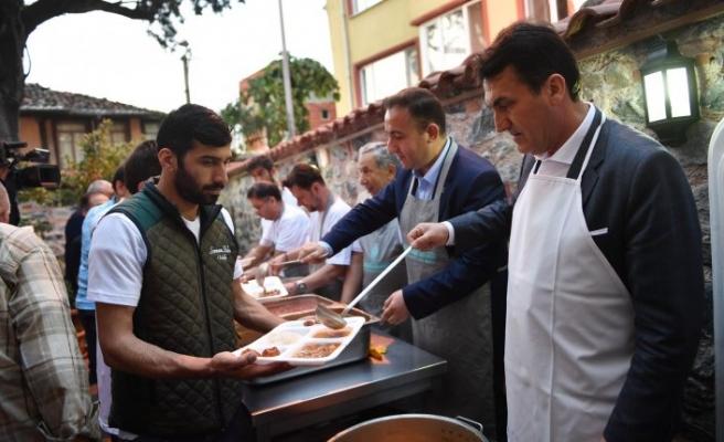 Başkan Dündar, iftar yemeği dağıttı