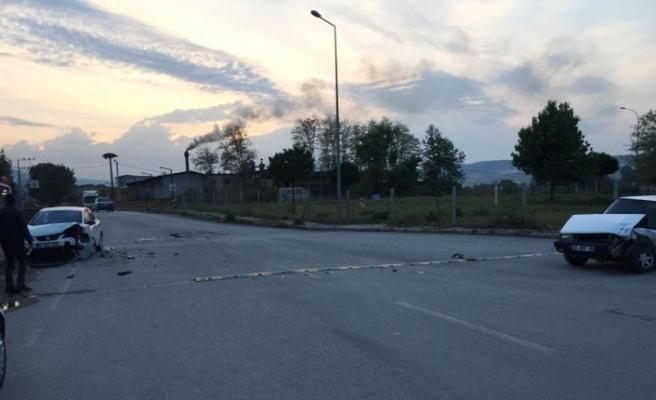 Bursa'da trafik kazası: Kafa kafaya çarpıştılar