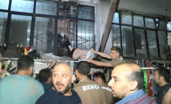 Bursa'da soymaya geldi,  demir parmaklıkta asılı kaldı