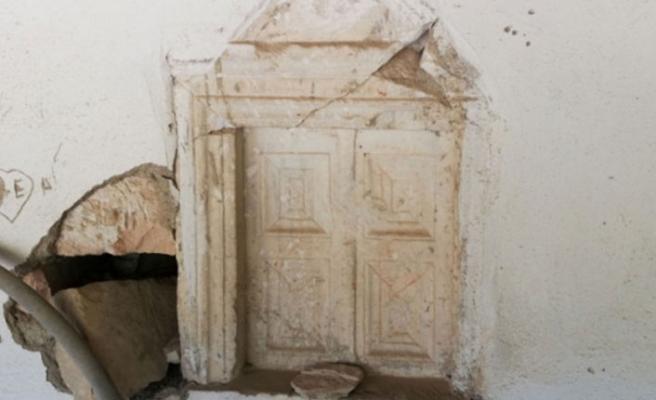 Bursa'da tarihi camiyi defineciler talan ediyor!