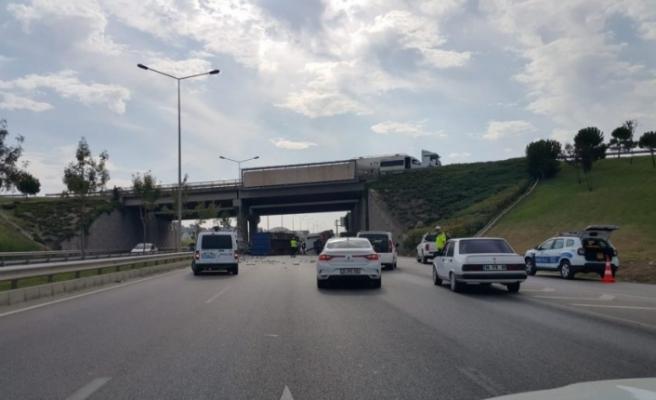 Bursa'da kamyon devrildi, karayolu egzoz borusu doldu