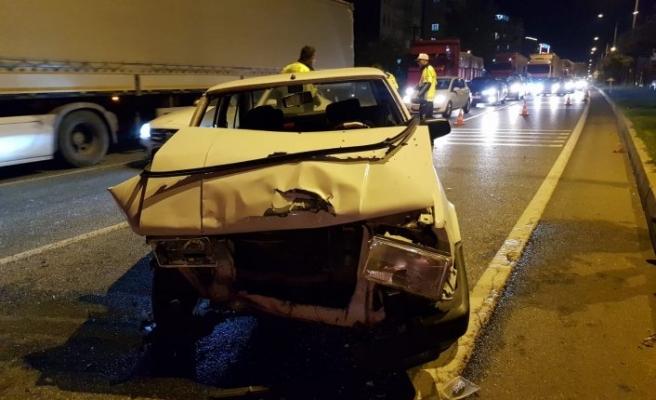 Bursa'da alkollü sürücü kırmızı ışıkta bekleyen otomobile çarptı