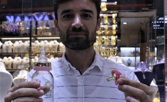 Bursalı bu kuyumcuda altın emzik ve biberonlar satılıyor