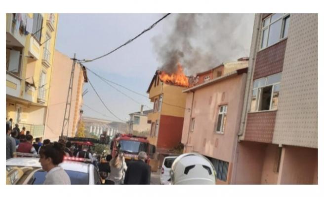 3 katlı binanın çatısında yangın