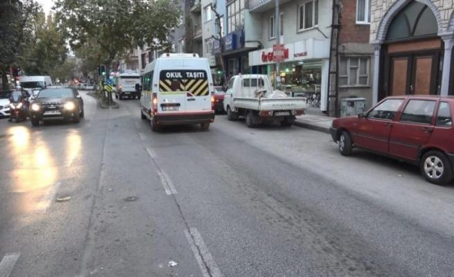 Bursa'da otomobilin altında kalmaktan son anda kurtuldu