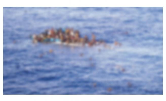 Göçmen teknesi kayalara çarparak battı