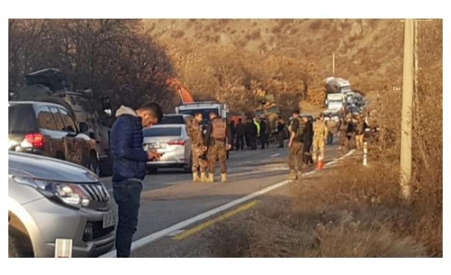 Operasyondan dönen askerleri taşıyan zırhlı araç devrildi!