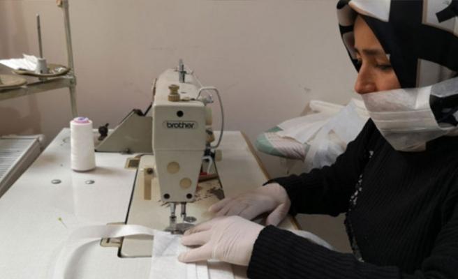 Bursa'da sağlıkçılar için evlerinde maske dikiyorlar!