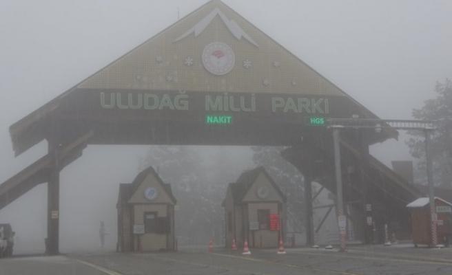 Sıcak havalar beklenirken Uludağ'a kar yağdı