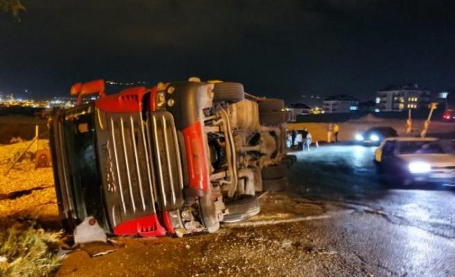 Bursa'da kaza! TIR devrildi!