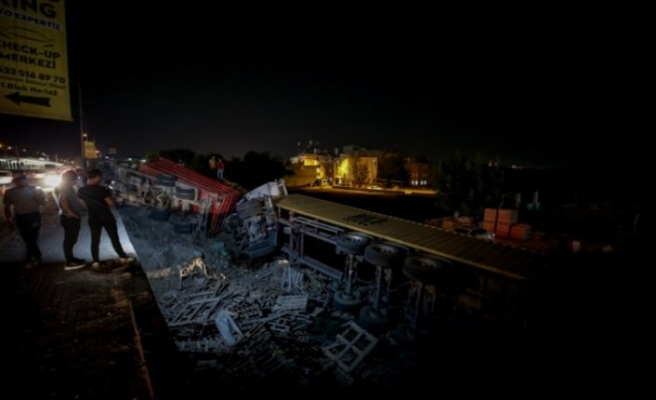Bursa'da TIR ile kamyon fabrika bahçesine uçtu