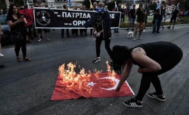 Yunanistan'da Türk Bayrağı'nı yaktılar