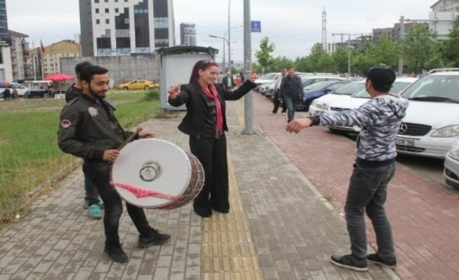 Bursa'da 'Boşandım' diye önce davul zurna çaldırmıştı... Şimdi de uzaklaştırma kararı aldırdı!