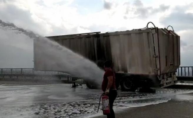 Bursa'da çevre yolu üzerinde TIR´ın dorsesinde çıkan yangın TOMA ile söndürülebildi