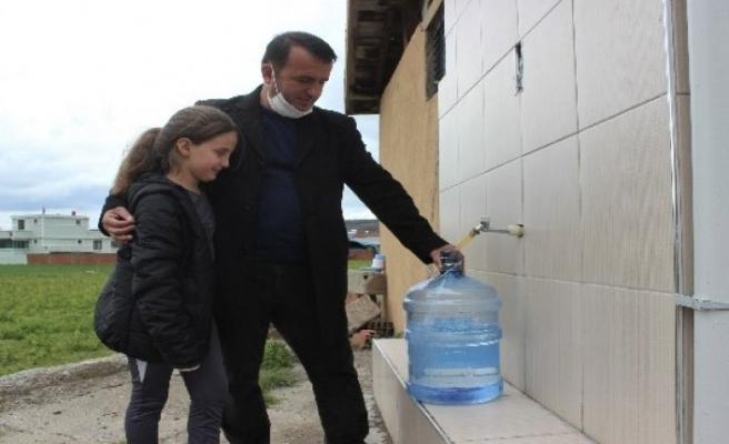 Bursalı muhtar bir liraya damacana su satıp 13 öğrenciye burs verdi!