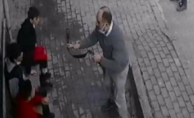 Sokak ortasında çocuklara kemerli saldırı!
