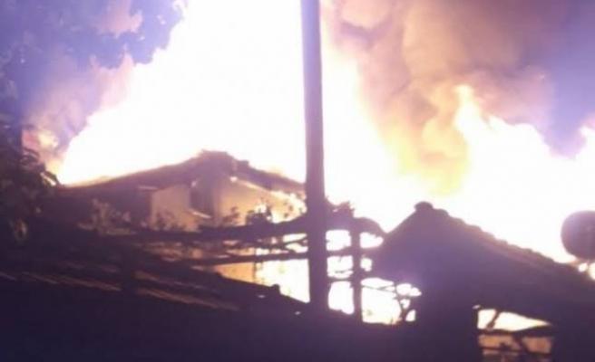 Bursa Keles'te iki katlı ahşap bina küle döndü
