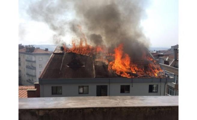 5 katlı binanın çatısı alevlere teslim oldu