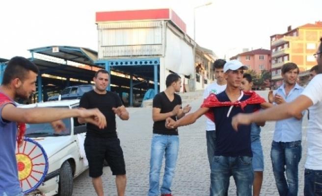 Asker Adayı Gençler Teyyare Meydanında Halaylarla Eğlendi