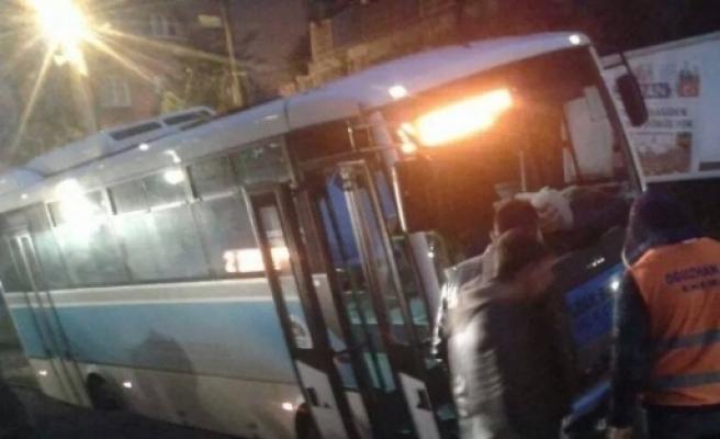 Belediyenin Açtığı Çukura Belediye Otobüsü Düştü