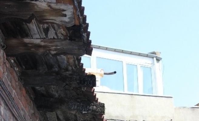 Binanın Saçakları Tehlikeye Davet Çikariyor
