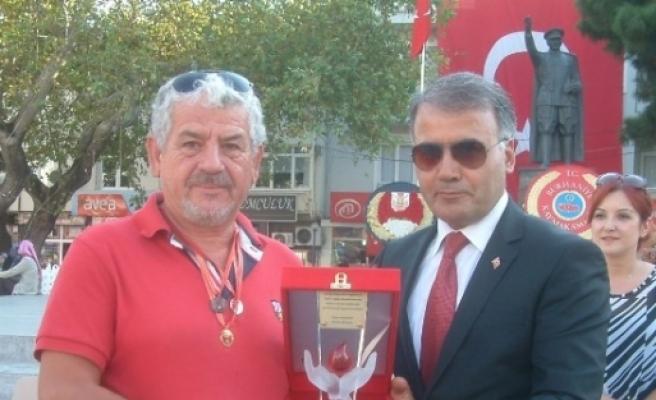 Burhaniye'de Cengiz Turgay'a Onur Plaketi