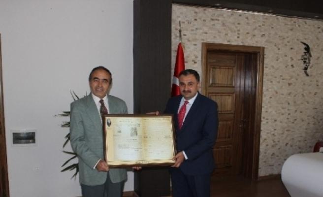 Develi Belediye Başkanı Cabbar'a Develi'nin İlk Gazetesi Hediye Edildi