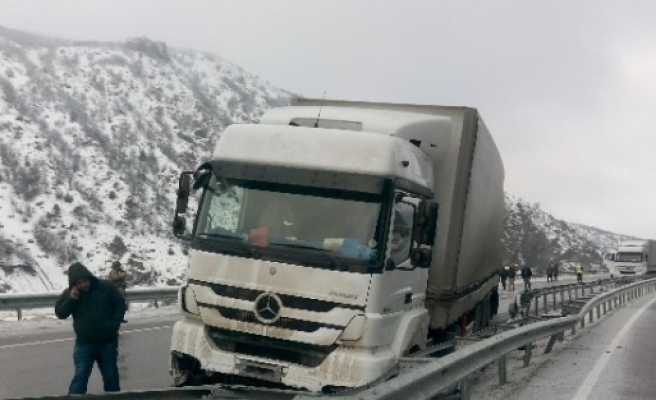 Erzincan'da Zincirleme Kaza;2 Yaralı