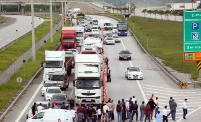 Esnaf TEM'i ve D-100'ü trafiğe kapattı!